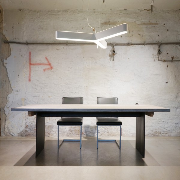 Massivholz Esstisch mit Stahlgestell der Tuffner Manufaktur, Naturmöbel und Designermöbel aus dem Möbelhaus Chemnitz, Tuffner Möbelgalerie